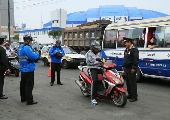 http://www.miraflores.gob.pe/Gestorw3b/files/img/8934-17202-de-forma-conjunta,-serenazgo-y-pnp,-interviene-a-conductores-de-motocicletas-y-autos-con-lunas-oscurecidas.jpg