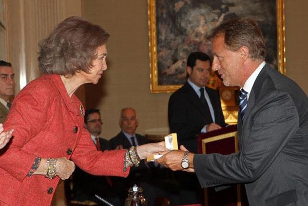 El alcalde de Miraflores recibiendo el premio de las manos de La Reina Sofía de España.